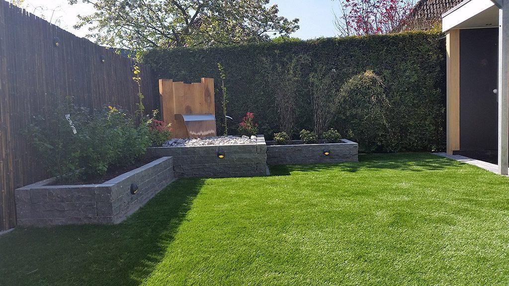 Aanleg achtertuin met waterornament oosterlaken tuin for Waterornament tuin